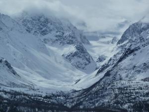 deep-snow-on-alaskan-peaks-1390517-m